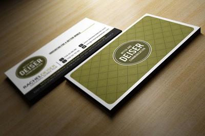 Светло-коричневая визитка на фоне стола